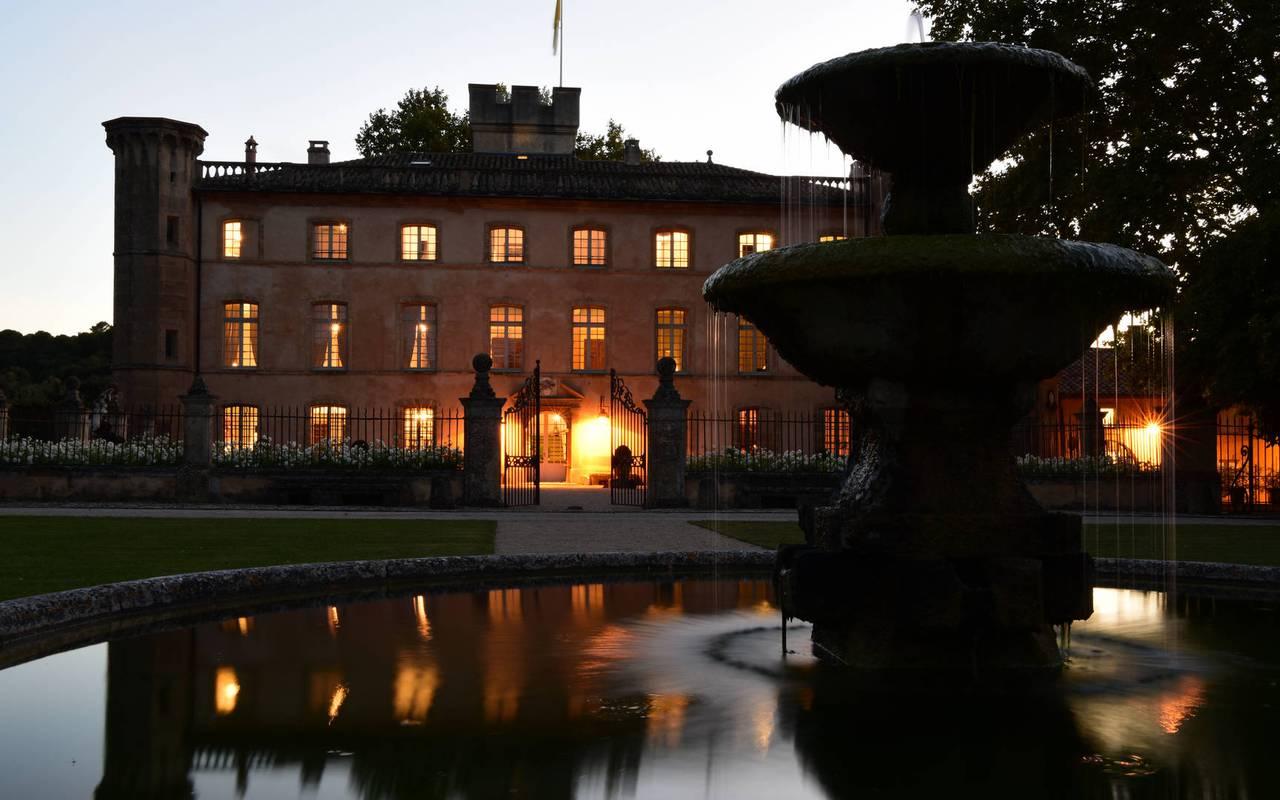 Extérieur de la villa et fontaine - maison d hote de charme luberon