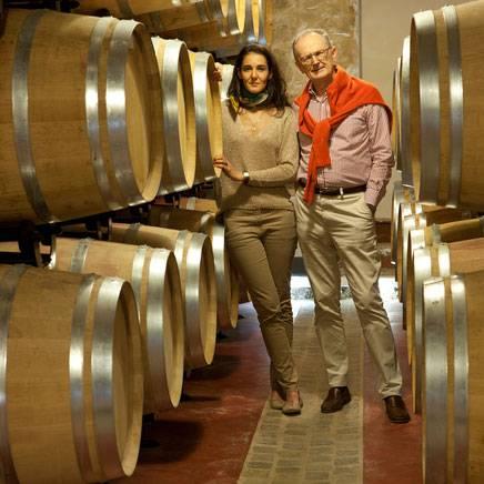 homme et femme dans la cave à vin - maison d'hôte de charme aix en provence