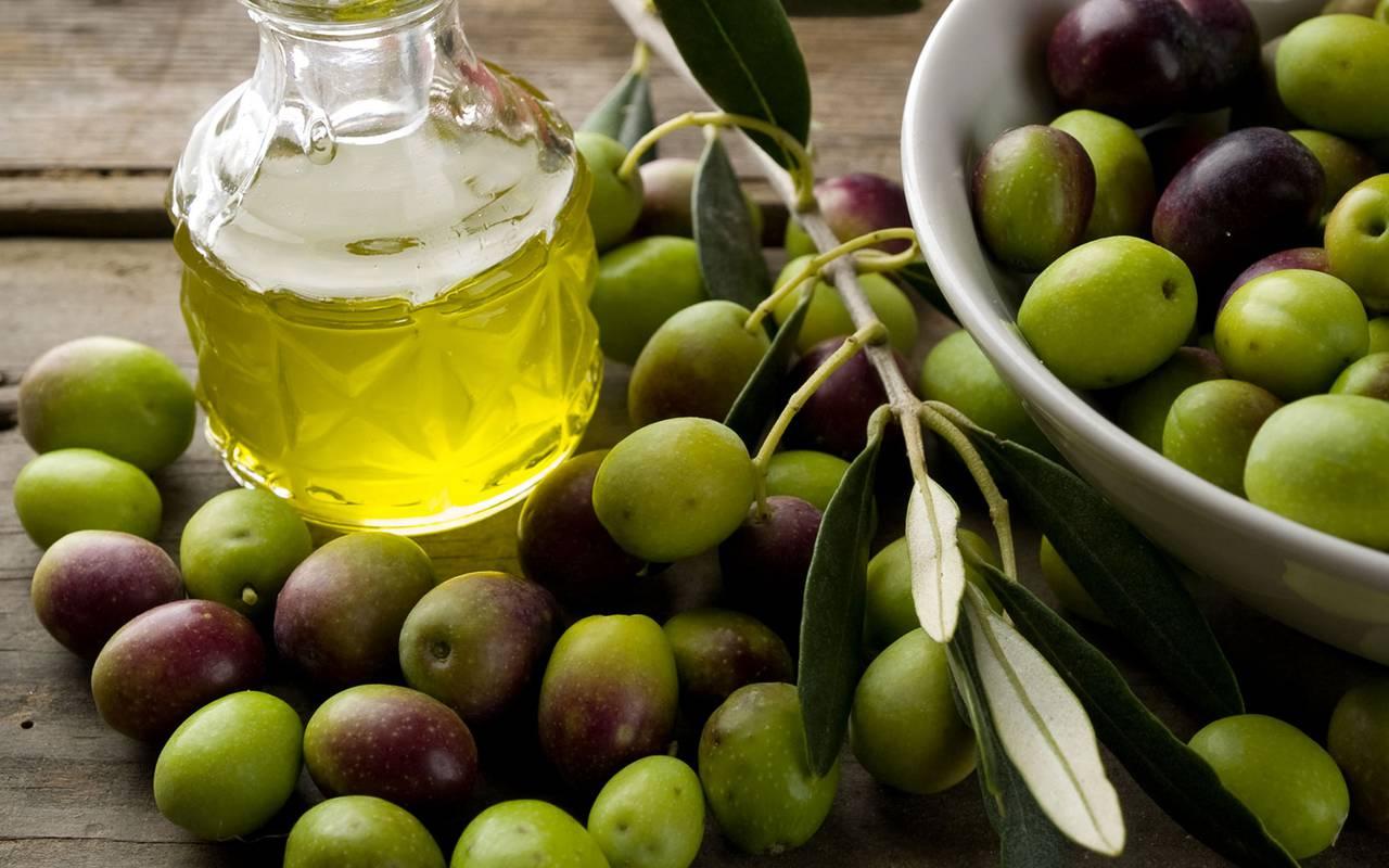 Olives et bouteille d'huile - maison d'hôte aix en provence